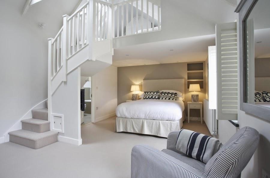 hotel, wnętrza, wystrój wnętrz, styl klasyczny, kamienna ściana, białe wnętrza, sypialnia, białe schody, łóżko