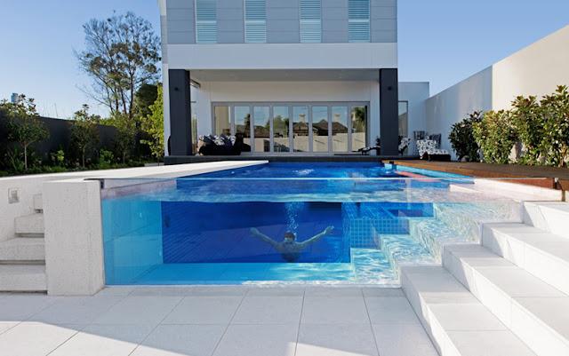 piscina criativa com parede de vidro e escada compatilhada