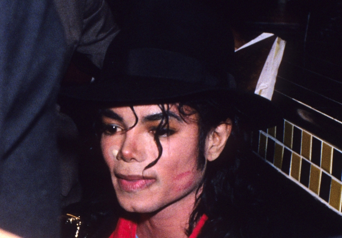 http://1.bp.blogspot.com/-S2l7J3nI0fE/TyFFAXgvc5I/AAAAAAAAOuo/in0f9OA7U2c/s1600/MJ-with-lipstick-on-his-face-michael-jackson-11158342-1200-837.jpg