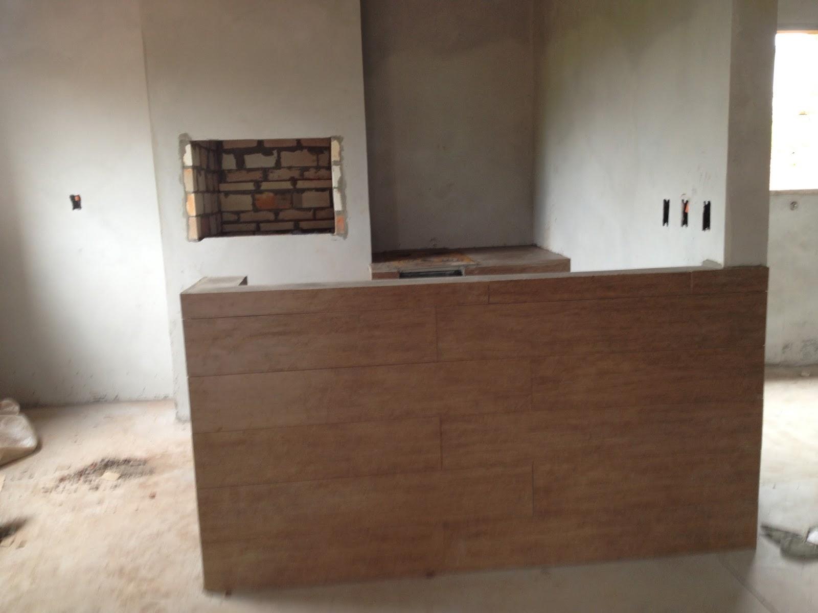 Tanto a bancada quanto o fogão a lenha ainda sem rejunte na  #5F4535 1600x1200 Banheiro Com Piso Porcelanato Imitando Madeira