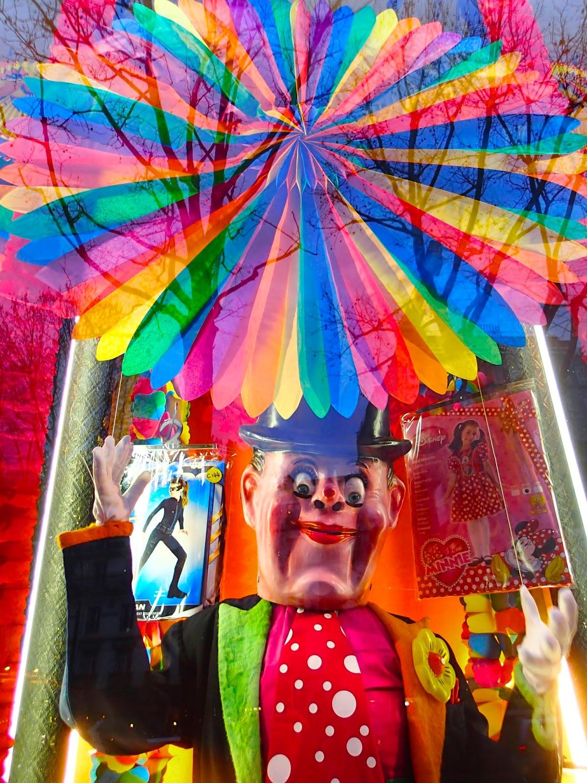 Vitrine de la boutique Au clown de la République, Paris.75003.