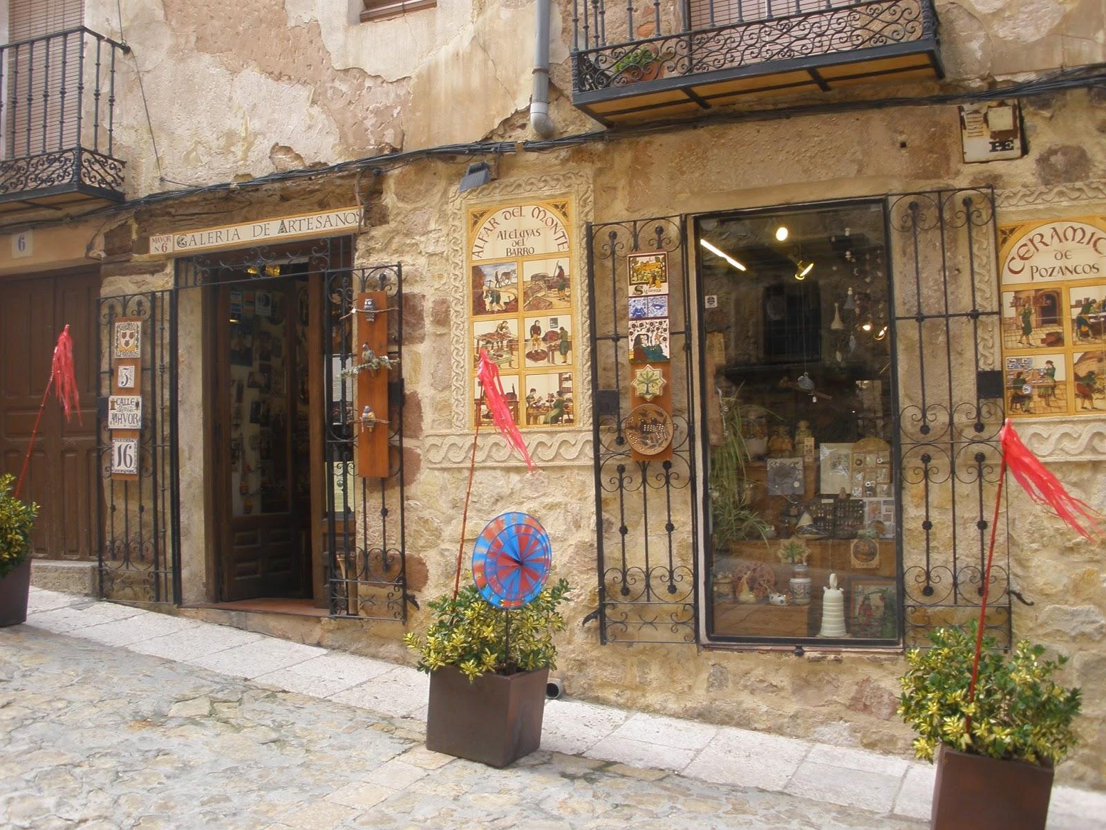 En todas las calles de Sigüenza encontrarás tiendas de artesanía y productos típicos de la zona.