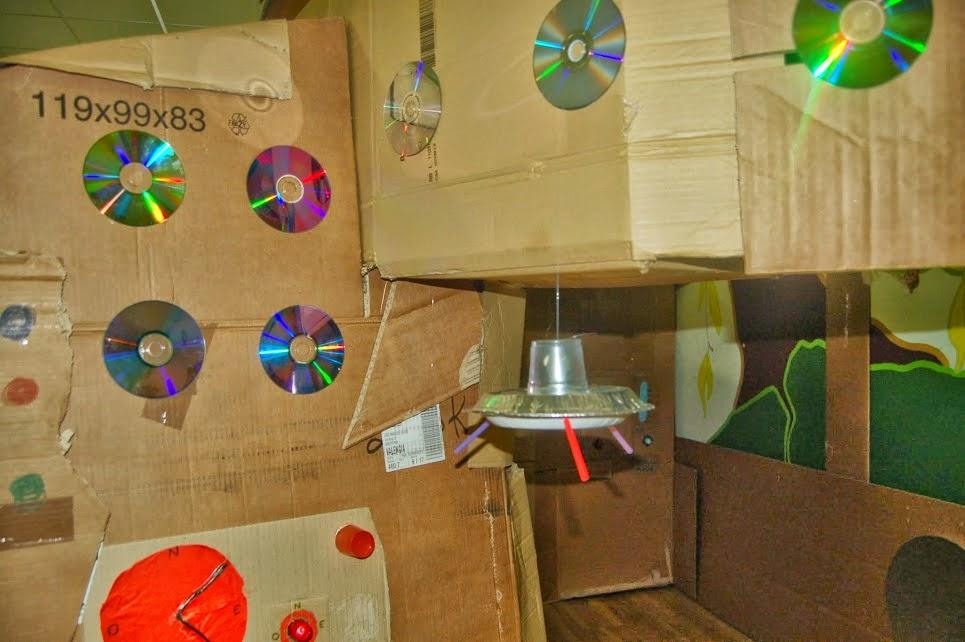 detalles ovni extraterrestres cartón y reciclado