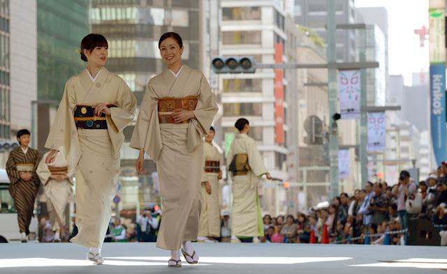 The lady with 400 kimonos : Parade on Nihonbashi, Tokyo