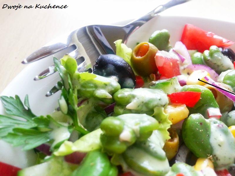 Sałatka z bobu, oliwek i świeżego ogórka