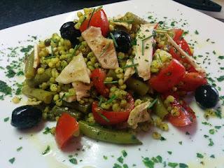 insalata di sorgo al curry con fagiolini, olive e petto di pollo alla piastra