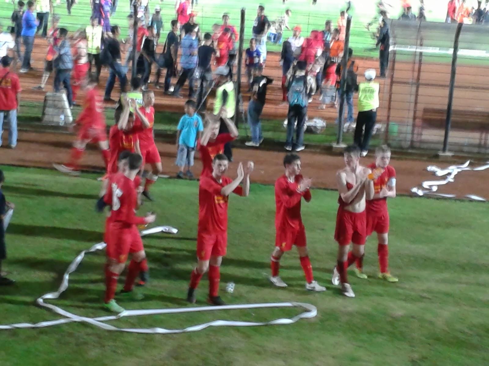 Liverpool U17 menghampiri tribun