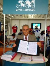 Pastor escreve Bíblia à mão em apenas dez meses
