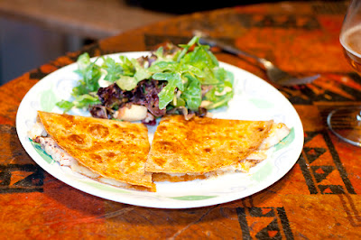 High-fibre quesadilla and arugula salad