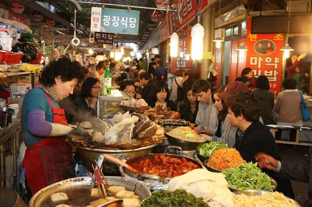 Khu vực chợ đêm bán đồ ăn uống tại Seoul