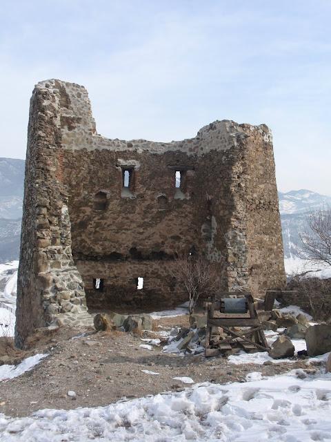 Руины башни возле грузинского храма
