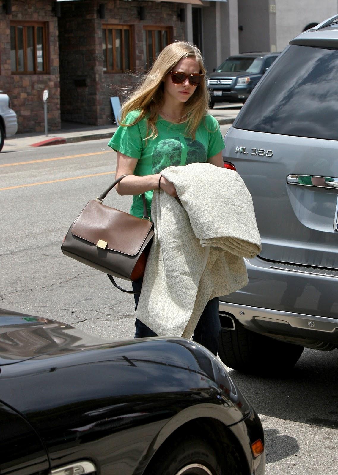 http://1.bp.blogspot.com/-S8Xmb3GnJ-U/T90Wx43OhzI/AAAAAAAAIH4/nuDiOnZJP8I/s1600/Actress+Amanda+Seyfried++at+Furniture+&+Fabrics+store+in+Los+Angeles+-03.jpg