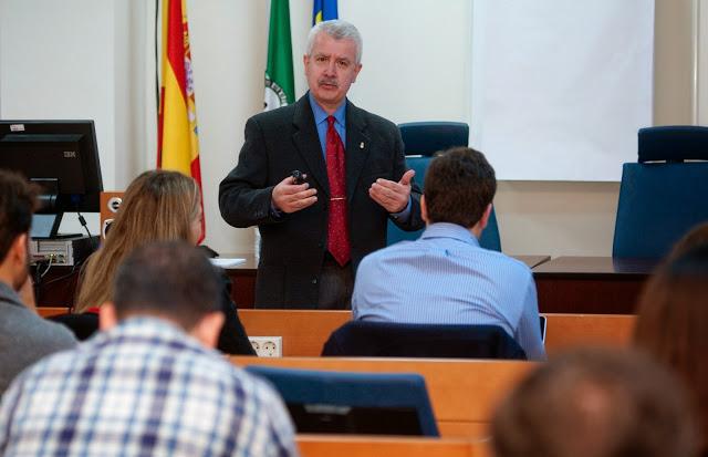 Gorka Zumeta en una conferencia
