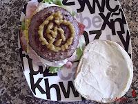 Hamburguesa Juicy Lucy-poniendo mostaza