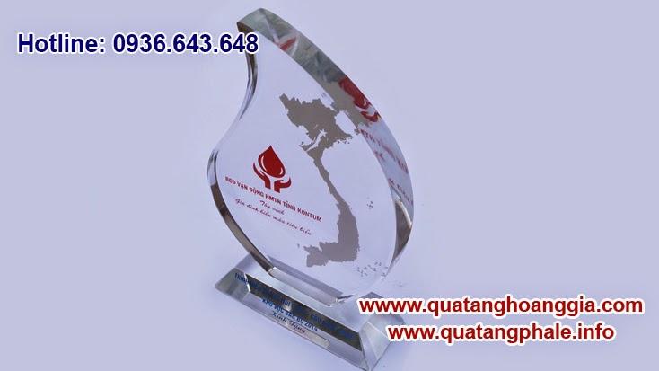 Biểu tượng giống một chiếc lá, chiếc kỷ niệm chương chất liệu pha lê chiếc lá là một sản phẩm cao cấp để làm những món quà tặng cho các sự kiện lớn của tổ chức