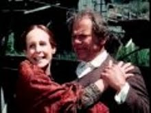 Amelia feliz abraza a su padre.jpg