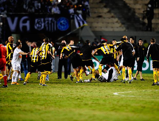 Confusão generalizada pós-jogo entre Santos e Peñarol na final da taça libertadores da América