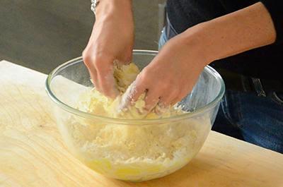 Crostata di mele: lavorare il composto velocemente con la punta delle dita