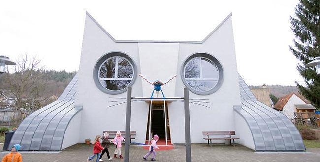 Jardín de infantes Die Katzie tiene la forma de un felino gigante