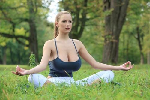 Tập yoga cùng siêu mẫu ngực bự lộ núm 2