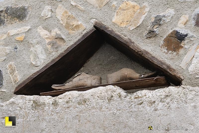 formes en bois sur l'ancienne maison du cordonnier photo blachier pascal