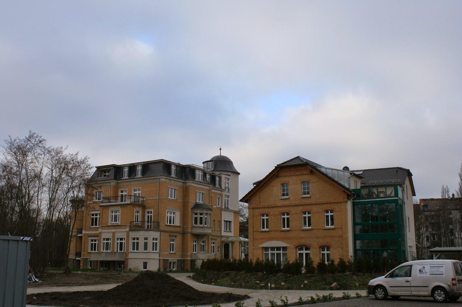 Villa links und Remise rechts auf dem ehem. Polygraph-Gelände - beide Gebäude wurden aufwendig saniert