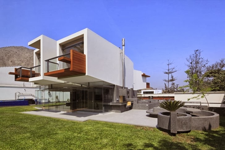 Backyard facade of Extreme modern house by Longhi Architects