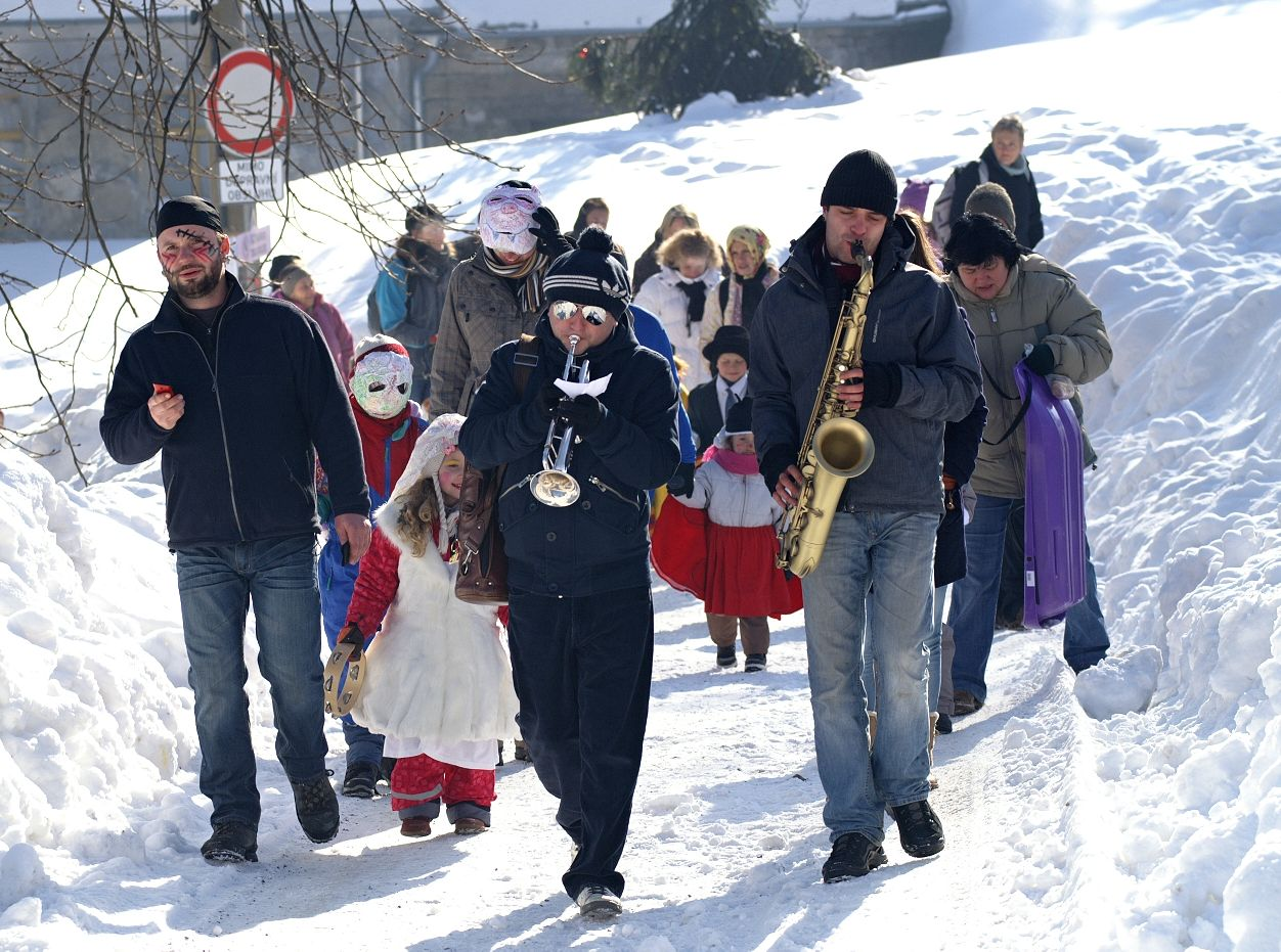 Masopust na Krásné 11. 2. 2012 - průvod s muzikou, autor: J. Blecha