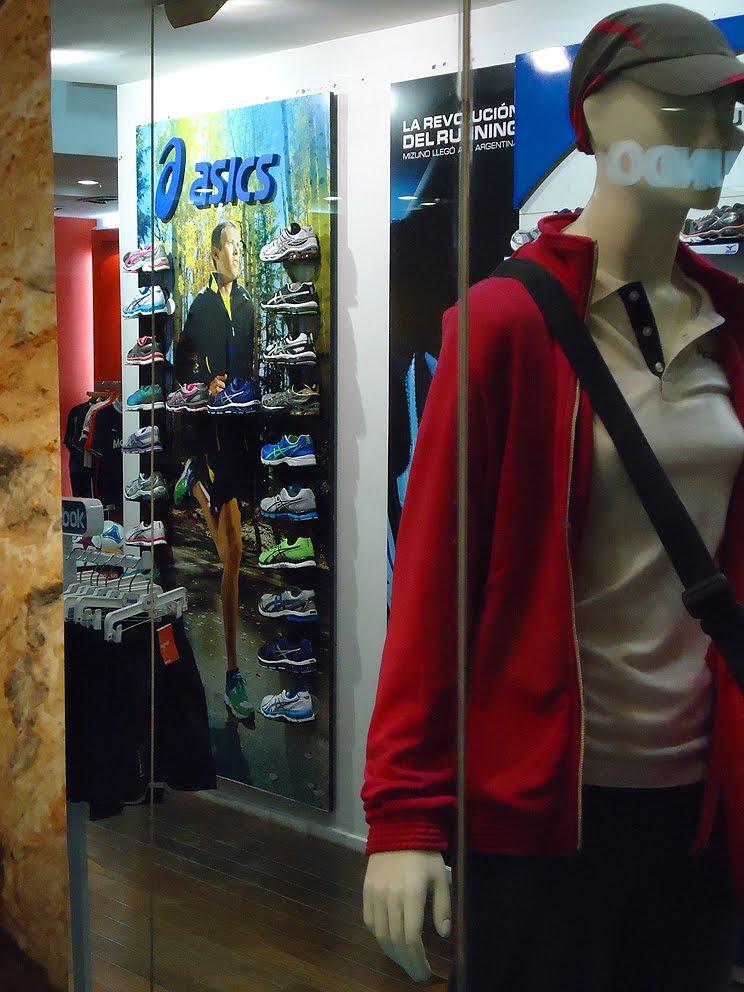 Córners en las tiendas de shoppings SportLine. Imágenes de Tortugas Open Mall y Unicenter.