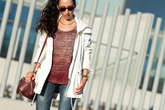 Outfit cómodo con jeans y parka blogger española tendencias moda