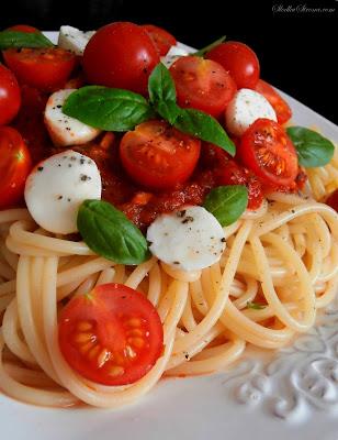 Makaron z Pomidorkami Koktajlowymi, Mozzarellą i Bazylią w Sosie Pomidorowym - Przepis - Słodka Strona