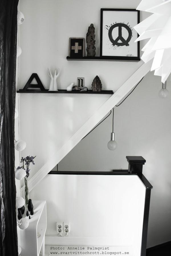 taklampa i hall, hallen, taklampor, vit lampa, normann copenhagen lampa, svrt och vitt, svartvita detaljer, inredning, inreda, litet vitt bord, tavlor, prints, artprint, artprints, tavla, konsttryck