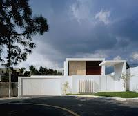 foto de fachada de casa moderna blanca