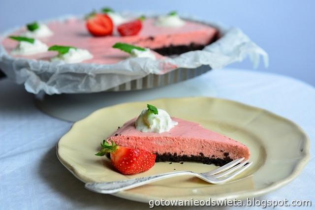 Mus truskawkowy na spodzie z ciasteczek Oreo (bez pieczenia)