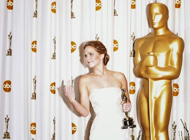 Актриса Дженнифер Лоуренс позирует прессе с «Оскаром» за главную женскую роль в руках