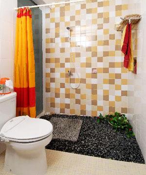 Lantai kamar mandi ini ditaburi batuan koral hitam. Fungsinya demi ...