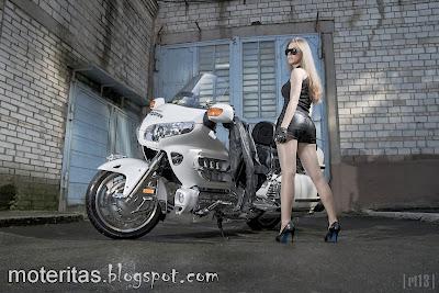 Honda-Goldwing-Saddlebag-girl-nice-motorcycle-wallpaper