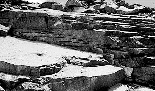 Pengelupasan batuan menjadi serpih-serpih kecil yang diakibatkan berbagai faktor