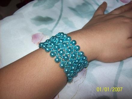 Las pulsera realizadas a mano son muy bellas, ya que exiten un sin numero de modelos a los cuales te puedes acoger, según tu gusto, también pueden ser a
