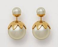 brincos Dior Tribales em pérolas de resina branca com acabamento em ouro em forma de flores