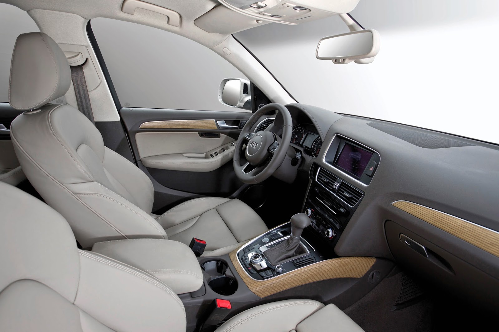 Interior view of 2015 Audi Q5