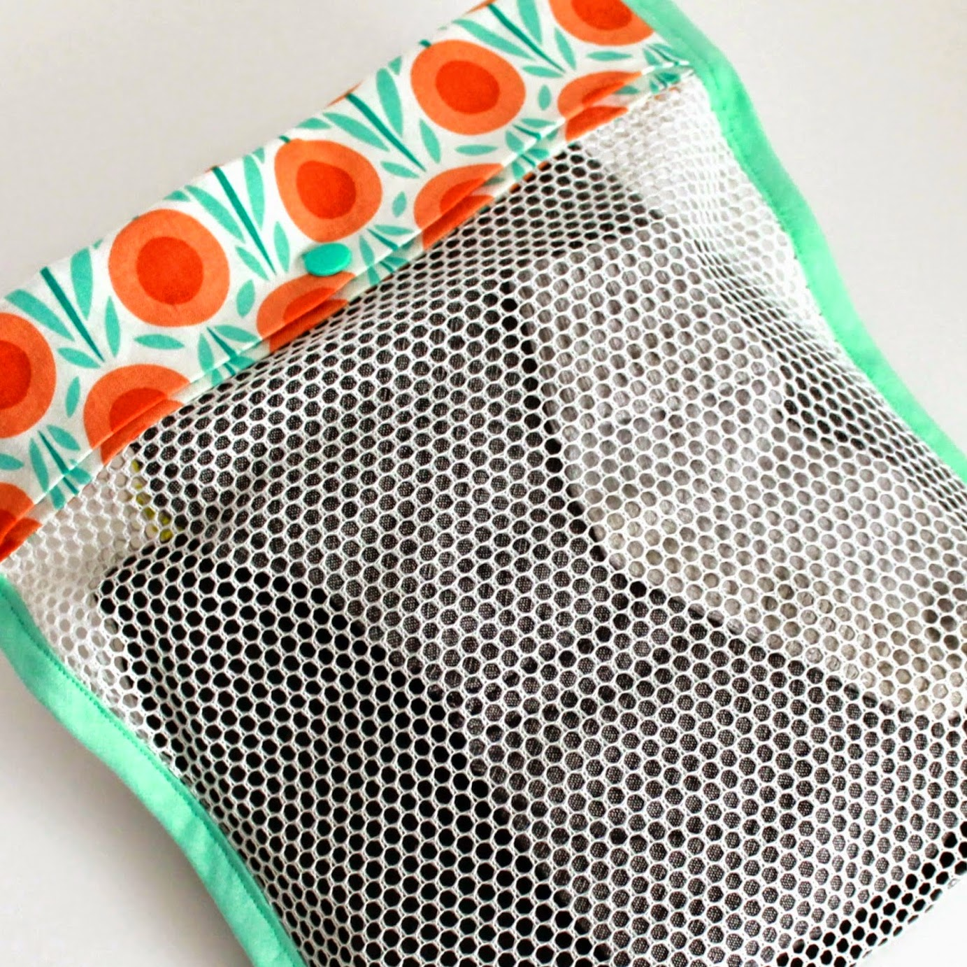 http://theinspiredwren.blogspot.com/2014/07/tutorial-simple-mesh-bag.html