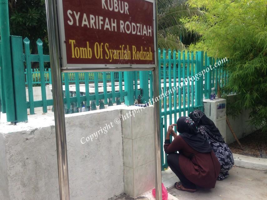 gadis menangis depan makam