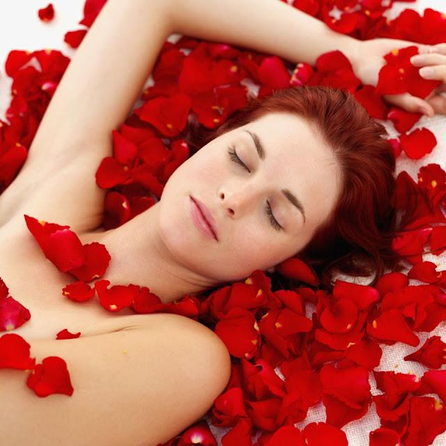 tẩy lông vùng dưới cánh tay bằng hoa hồng