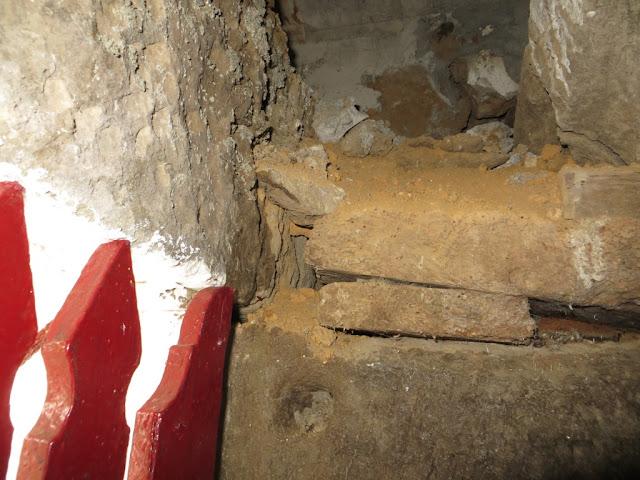 Janela de Grades de Adega na freguesia dos Biscoitos com pormenor de pedra de cantaria e madeira
