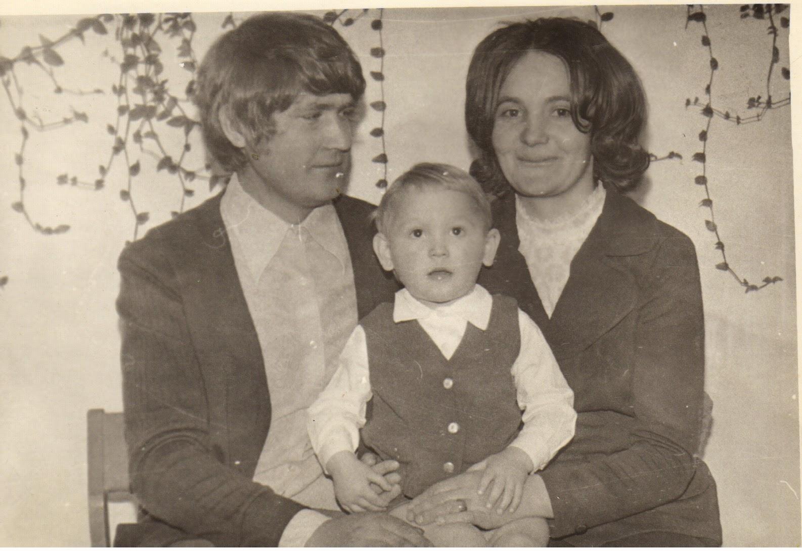 1,5-годовалый Андрюша Макаров со своими родителями Валентиной Николаевной и Александром Ильичом. Через 18 лет этот крепкий, румяный мальчишка погиб во время первой Чеченской кампании, выполняя свой воинский долг. Отца не стало через неделю после похорон сына.
