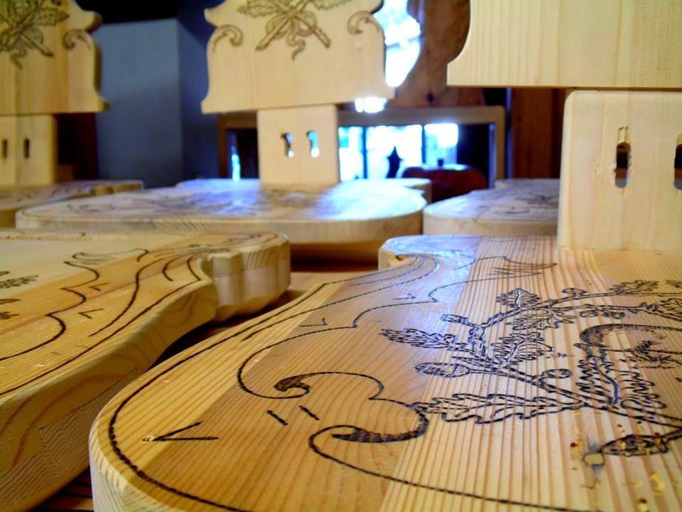 Bruno palatini decori a pirografo su tavola e sedie in for Tavola e sedie