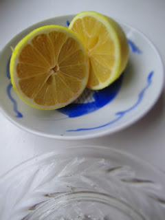 Zitrone und Zitronenpresse