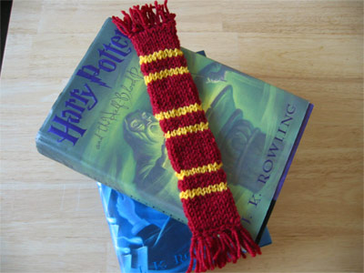 Free knitting pattern for Harry Potter scarf bookmark worked in double knit from pieKnits.com.