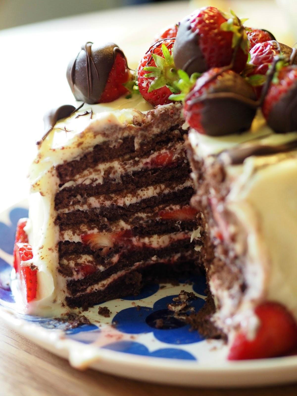 mansikka suklaa kakku täytekakku mansikkakakku